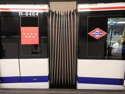 Un vagón de la línea 6 de Metro circulando ayer.