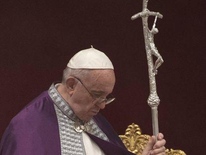 El papa Francisco oficia una misa penitente en la basílica de San Pedro, el mes pasado.
