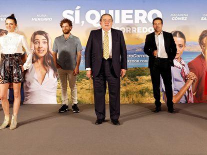En el centro, el presidente de AVE, Vicente Boluda, posa junto a los actores (de izquierda a derecha) Carlos Santos, Macarena Gómez, Álvaro Cervantes, el también director Alfonso Sánchez y Nuria Herrero.
