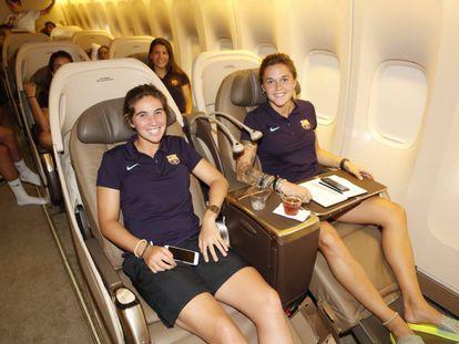 Las jugadoras del FC Barcelona Mariona Caldentey y María León, en el vuelo a Los Ángeles.