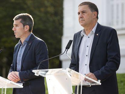 Arnaldo Otegi (derecha) y Arkaitz Rodríguez en su comparecencia de este lunes por el décimo aniversario del fin de ETA.