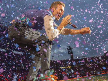En el vídeo, Coldplay interpreta el tema de Soda Stereo 'De música ligera'