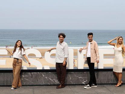 El director Jonás Trueba (cuarto por la izquierda) y los actores Candela Recio (tercero izquierda), Pablo Hoyos (en el centro), Silvio Aguilar (segunda izquierda), Pablo Gavira (segunda derecha), Claudia Navarro (tercero derecha), Rony-Michele Pinzaru (cuarto izquierda), Marta Casado (derecha) y Javier Sánchez (izquierda), en el Festival de Cine de San Sebastián.
