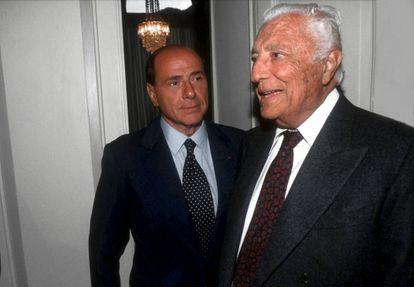 Gianni Agnelli junto a Silvio Berlusconi, en Roma en 1999.