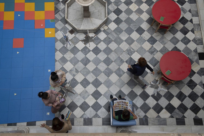 Varios alumnos este jueves en el patio de la biblioteca del Colegio Internacional de Sevilla San Francisco de Paula.