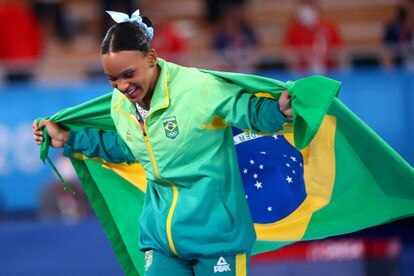 La gimnasta brasileña Rebeca Andrade festeja en los Juegos Olímpicos de Tokio.
