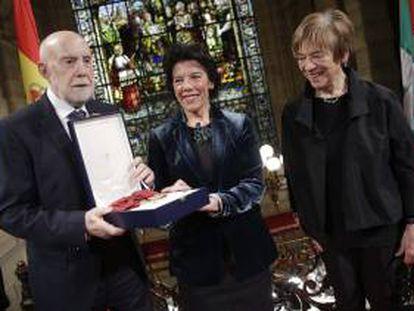 El escritor Raúl Guerra Garrido recibe de la ministra Isabel Celaá la Gran Cruz de la Orden Civil Alfonso X.