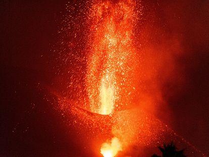 Imagen del volcán Cumbre Vieja visto desde la localidad de El Paso, en la noche del sábado.