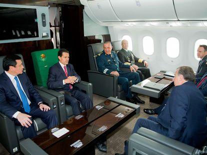 Enrique Peña Nieto, en el avión presidencial junto a varios secretarios, entre ellos Salvador Cienfuegos.