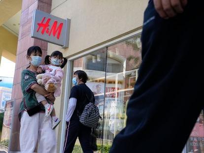 Varias personas pasan por delante de una tienda de H&M en Pekín, el 3 de junio.