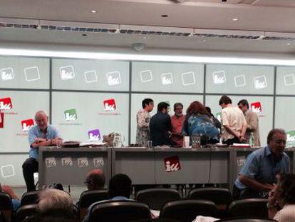 Miembros de la dirección federal de IU discuten la expulsión de la federación madrileña en el Consejo Político. Al margen, Cayo Lara, coordinador general.