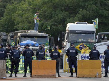 La policía bloquea la entrada al Supremo Tribunal Federal durante una protesta de los partidarios de Bolsonaro realizada el 8 de septiembre.