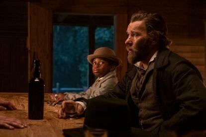 Joel Edgerton y Chase W. Dillon, en un instante del séptimo capítulo de 'El ferrocarril subterráneo'.