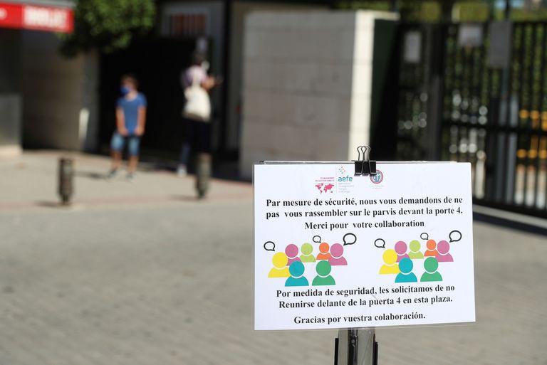 Un cartel en el exterior del Liceo Francés de Madrid, donde una de las clases de primaria está en confinamiento preventivo.