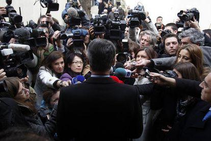 El presidente de Portugal y candidato conservador a la reelección, Aníbal Cavaco, habla a los periodistas después de votar.