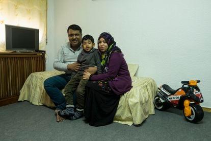 Desde la izquierda, Elahi Mohammad Fadle, el pequeño Tabib y Tania Sultana en su nuevo piso de alquiler en Usera, en Madrid.