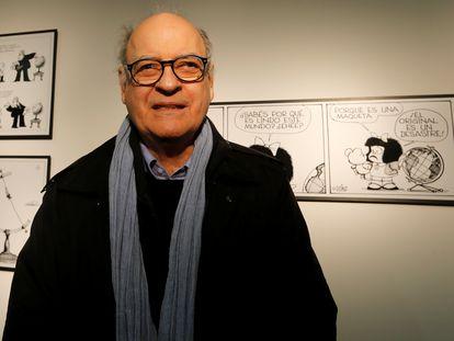Quino, delante de varias viñetas de Mafalda, en el Museo del Humor, en Buenos Aires, en 2014.
