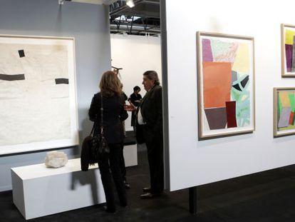 El espacio de Carreras Múgica en Arco. A la izquierda, obras de Eduardo Chillida; a la derecha, de Jessica Stockholder.