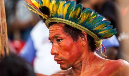 Un indígena golpeado por Bello Monte durante una reunión en Altamira.