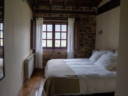 Una mañana, al alisar las sábanas, advirtió que el espacio de su mujer permanecía impoluto.