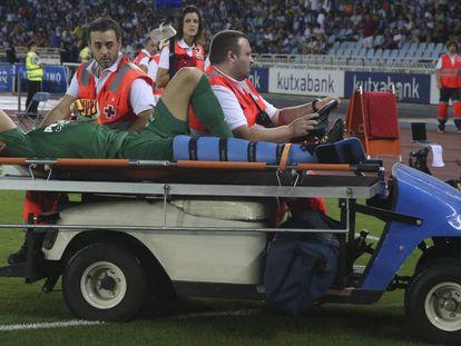 Andrés Fernández es retirado en camilla durante el partido.