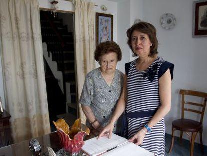 Carmen Torres y Micaela Alcántara, madre y hermana del bebé desaparecido en 1964.