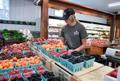 Un empleado organiza un mercado de frutas en Pensilvania.