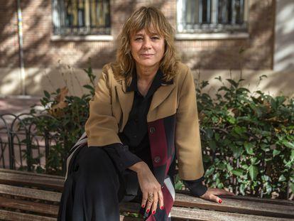 Emma Su‡rez posa encima de un banco en la Plaza Chamberí en Madrid.