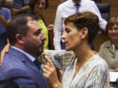 María Chivite, candidata a la presidencia del Gobierno de Navarra, felicita a Unai Hualde.