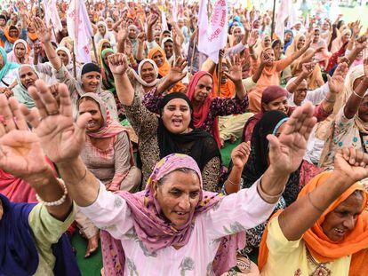 Agricultores indios en una protesta en una aldea en las afueras de Amritsar contra las reformas agrícolas del gobierno central, el pasado 23 de septiembre.