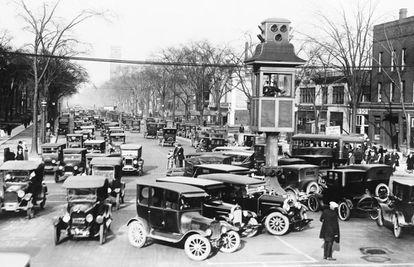 Coches y peatones comparten la calzada en Detroit (EE UU), en los años veinte del siglo pasado.