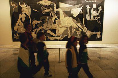 En 2006 se cumplen 25 años de la llegada del 'Guernica' de Picasso a Madrid, que hoy se exhibe en el Museo Reina Sofía.