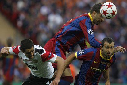 Mascherano, Chicharito y Piqué pelean por el esférico.