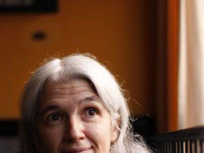 La escritora Belén Gopegui en un bar de su barrio, en Madrid.
