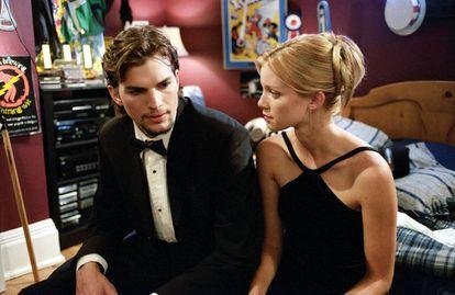 Ashton Kutcher y Amy Smart en 'El efecto mariposa'. El final original del personaje de Ashton Kutcher era mucho más turbio que el que finalmente se vio.