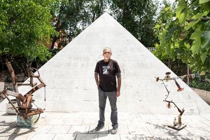 Miguel Martín, ante la pirámide egipcia que ha construido en el jardín de su casa en la Cañada Real.