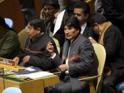 El presidente boliviano Evo Morales (d) antes de participar en la inauguración oficial del Año Internacional de la Quinua en la ONU en la sede de dicho organismo en Nueva York, Estados Unidos hoy 20 de febrero de 2013.