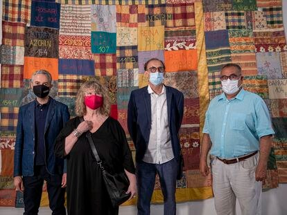 José Luis Pérez Pont, director del Centre del Carme, Maribel Doménech y Emilio Martínez, comisarios de la exposición, y Tino Villora, el pasado viernes en la exposición.