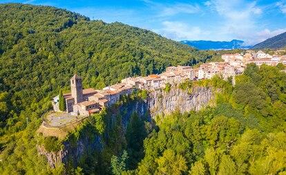 El pueblo Castellfullit de la Roca, en Girona, está ubicado en lo alto de un riscal basáltico del Parque Natural de la Zona Volcánica de la Garrocha.