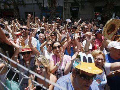 Cientos de personas aplauden la mascletada de este sábado