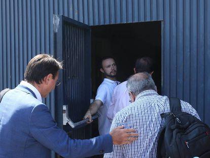 Los inspectores entran en la sede de Magrudis.