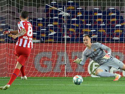 Saúl pone el 1-1 desde el punto de penalti.