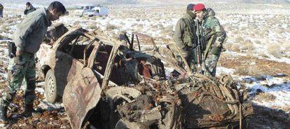 Miembros del Ejército libanés inspeccionan los restos del coche bomba.