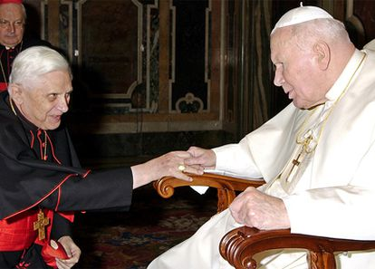 El papa Juan Pablo II y el cardenal Ratzinger (actual pontífice) en una imagen de 2003.