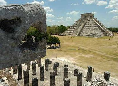 La pirámide principal, al fondo, del enclave arqueológico maya de Chichén Itzá, en Yucatán, tras su restauración