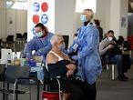 Zagreb (Croatia), 07/04/2021.- A health worker (R) prepares to inject a dose of AstraZeneca COVID-19 vaccine on World Health Day, in Zagreb, Croatia, 07 April 2021. (Croacia) EFE/EPA/ANTONIO BAT