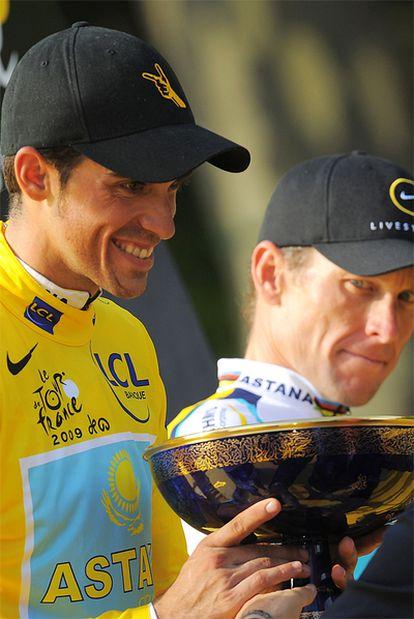 Contador, en el podio de los Campos Elíseos junto a Armstrong en 2009.
