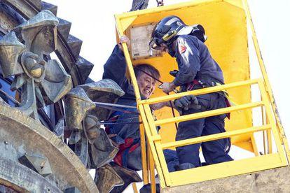 Un bombero rescata a un turista en la estatua de Colón de Barcelona.