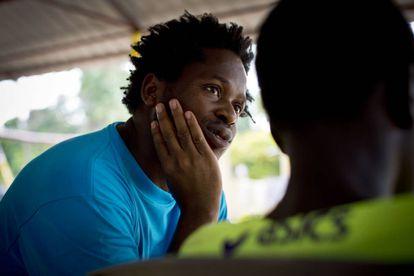 Ishmael Beah, ex niño soldado de Sierra Leona, habla con un joven en un centro de rehabilitación de menores combatientes en Sudán del Sur.