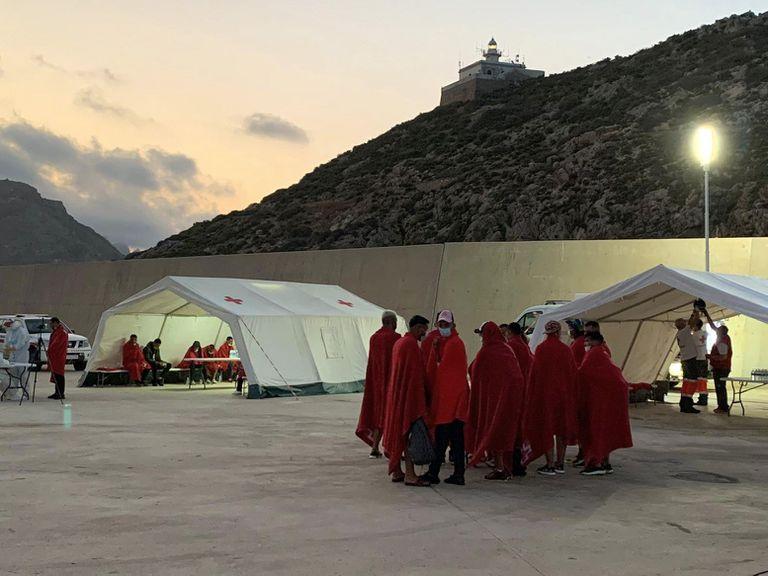 Cruz Roja atiende a los argelinos llegados este fin de semana en el puerto de la Escombrera (Cartagena).